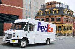 De bestelwagen van Fedex die op de straat wordt geparkeerd Stock Afbeelding
