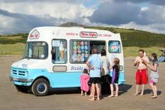 De bestelwagen van het roomijs op strand. Stock Fotografie
