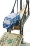 De bestelwagen van het stuk speelgoed op brug Stock Foto