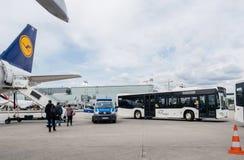 De bestelwagen van de politiedouane dichtbij Lufthansa-vliegtuigen in luchthaven royalty-vrije stock foto's