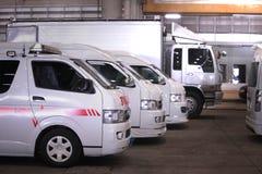 De bestelwagens en de vrachtwagen zijn op een rij in garage royalty-vrije stock foto