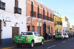 De Bestelwagens van de toerismepolitie op Jerusalen-Straat in Arequipa, Peru Royalty-vrije Stock Fotografie