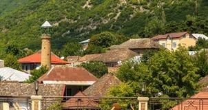 De Bestemming van de Shekitoerist in de Bergen van de Kaukasus, daken op de weg aan Khan Palace royalty-vrije stock foto's