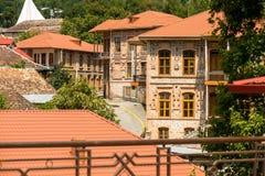 De Bestemming van de Shekitoerist in de Bergen van de Kaukasus, daken op de weg aan Khan Palace royalty-vrije stock afbeeldingen