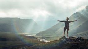De Bestemmingsconcept van de ontdekkingsreis Wandelaar Jonge Vrouw met Rugzakstijgingen tot de Bergbovenkant tegen Achtergrond va royalty-vrije stock foto