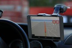 De bestuurder in de auto controleert de navigator stock fotografie