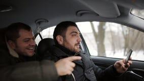 De bestuurder bekijkt de telefoon en creeert een noodsituatiesituatie op de weg stock videobeelden