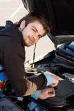 De bestuurder die van de auto de motor van de auto onderzoekt royalty-vrije stock foto