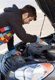 De bestuurder die van de auto de motor van de auto onderzoekt stock afbeelding