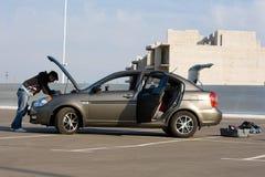 De bestuurder die van de auto de motor van de auto onderzoekt royalty-vrije stock fotografie