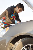 De bestuurder die van de auto de motor van de auto onderzoekt stock foto's