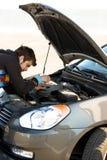 De bestuurder die van de auto de motor van de auto onderzoekt royalty-vrije stock afbeeldingen
