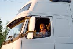 De bestuurder in een cabine van de vrachtwagen Royalty-vrije Stock Foto's