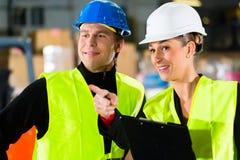 De bestuurder en de supervisor van de vorkheftruck bij pakhuis Royalty-vrije Stock Afbeelding