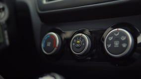 De bestuurder schakelt airconditioner in zijn auto in, close-up stock video