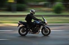 De bestuurder van de motorfiets stock afbeelding