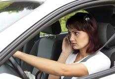 De bestuurder van de vrouw op telefoon Stock Afbeeldingen