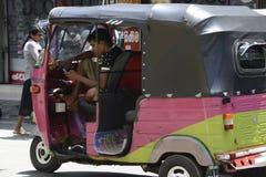 De Bestuurder van Srilankan Tuk Tuk neemt een onderbreking Royalty-vrije Stock Afbeeldingen
