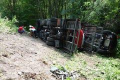 De bestuurder waarschijnlijk viel in slaap bij het wiel De vrachtwagen verpletterde op de weg en ten val gebracht royalty-vrije stock foto