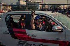De bestuurders die hand golven aan het publiek na tonen royalty-vrije stock foto's