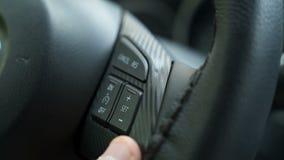 De bestuurders` s hand drukt de knopen aan boord van de de parameterscontrole van de auto` s computer stock videobeelden