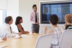 De Bestuurskamervergadering van zakenmanby screen addressing royalty-vrije stock afbeeldingen