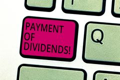 De Betaling van de handschrifttekst van Dividenden Concept die Distributie van winsten door het bedrijf betekenen aan aandeelhoud stock afbeeldingen