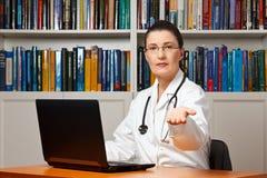 De betaling van het de kostengeld van de artsengezondheidszorg Royalty-vrije Stock Afbeeldingen