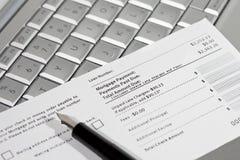 De betalingscoupon, pen en laptop van de hypotheek stock afbeelding