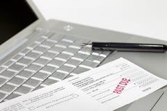 De betalingscoupon, pen en laptop van de hypotheek stock foto's