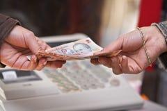 De betalingsogenblik van het contante geld Stock Foto's