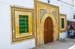 De betegelde voorgevel van middeleeuws gebouw, Sfax, Tunesië stock afbeelding