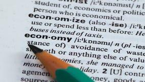De betekenis van het economiewoord in woordenboek, het vermijden van het verspillen van middelen, planning stock footage