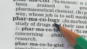De betekenis van het farmacologiewoord in woordenboek, de zaken van de medicijnproductie, studies stock footage