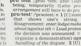 De betekenis van het protestwoord in woordenboek, staat van sociaal meningsverschil met het levensgebeurtenis stock videobeelden