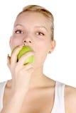 De beten van het meisje weg van appel Stock Fotografie