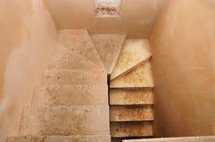 De betonconstructie van het trapcement in woonwoningbouw, in aanbouw onvolledige trap in aanbouw Stock Foto's