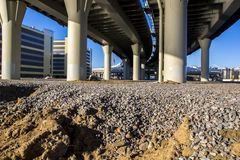 De betonwegkromme van de weguitwisseling van viaduct, St. Petersburg, Rusland Stock Foto's