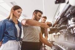 De betrokken machine van de mensen schoonmakende koffie stock afbeeldingen