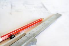 De beugel en het rode potlood zijn op de tekening, na het technische project royalty-vrije stock foto's
