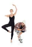 De bevallige ballerina en breakdancer in helm stelt Royalty-vrije Stock Afbeeldingen