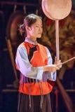 De bevallige Naxi-vrouw presteert in een culturele gebeurtenis, Lijiang, Yunnan-Provincie, China stock afbeelding