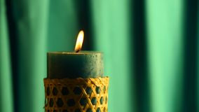 De bevende vlam van de wintertalingskaars met groene gordijnachtergrond en uit geblazen stock footage
