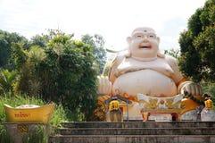 De bevindende Tempel van Boedha met Vette Lachende Boedha Royalty-vrije Stock Afbeeldingen