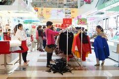 De bevorderingen van de kledingskorting, de vrouwen in de aankoop stock afbeelding