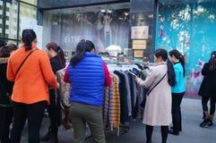 De bevorderingen van de kledingskorting, de vrouwen in paniek het kopen, in China Royalty-vrije Stock Fotografie