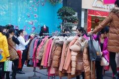 De bevorderingen van de kledingskorting, de vrouwen in paniek het kopen, in China Stock Afbeeldingen