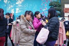 De bevorderingen van de kledingskorting, de vrouwen in paniek het kopen, in China Stock Foto