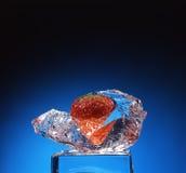De bevroren aardbei is in ijs royalty-vrije stock fotografie