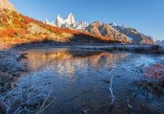 De bevroren bezinning van Monte Fitz Roy Cerro Chalte Stock Afbeeldingen